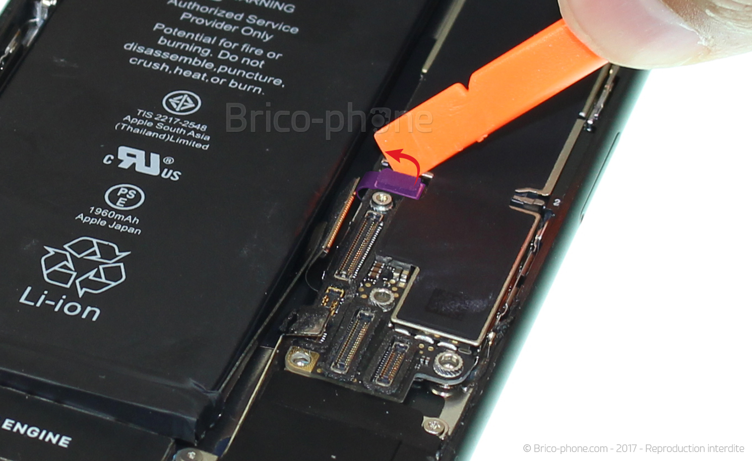 Etape 13 : Déconnecter les connecteurs du bas de la carte mère