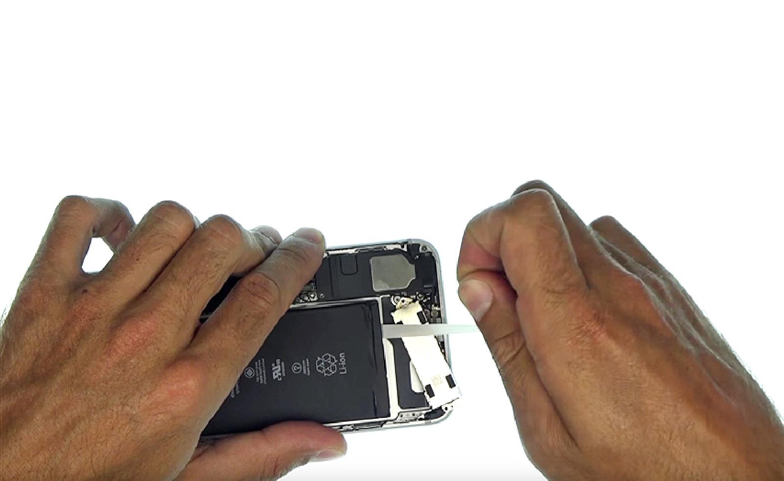 Etape 11 : Décoller les stickers de batterie