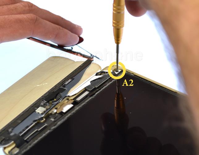 Etape 7c : Soulever l'écran LCD