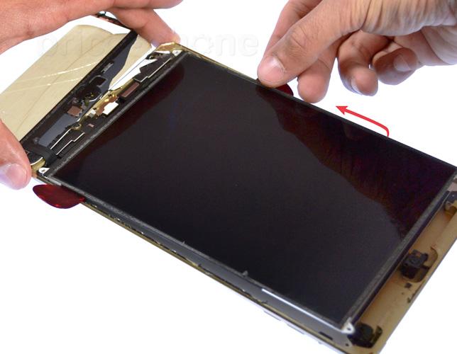 Etape 7f : Soulever l'écran LCD