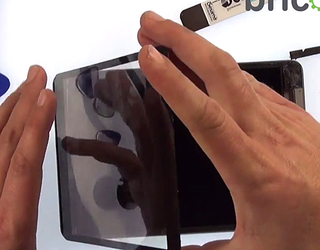 Etape 2a : Détachez le LCD