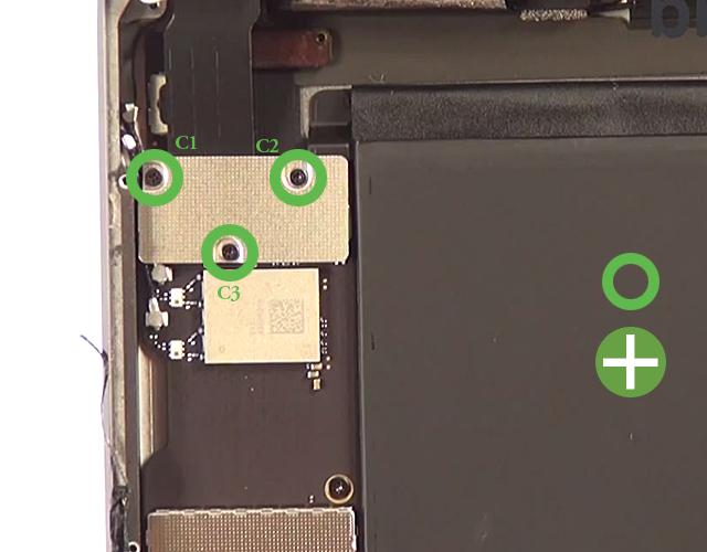 Etape 4a : Débranchez les nappes de la batterie, du LCD et de la vitre