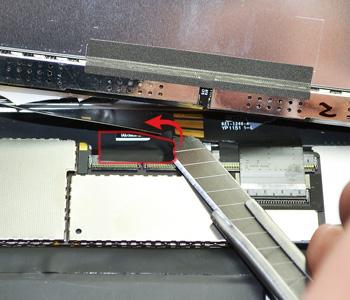 ETAPE 8a : Retirer le reste de nappe de la vitre tactile