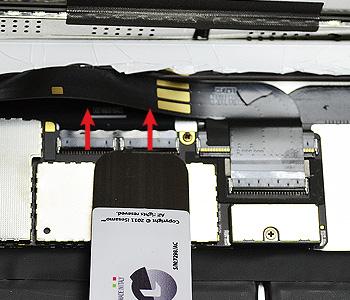 ETAPE 8b : Retirer le reste de nappe de la vitre tactile