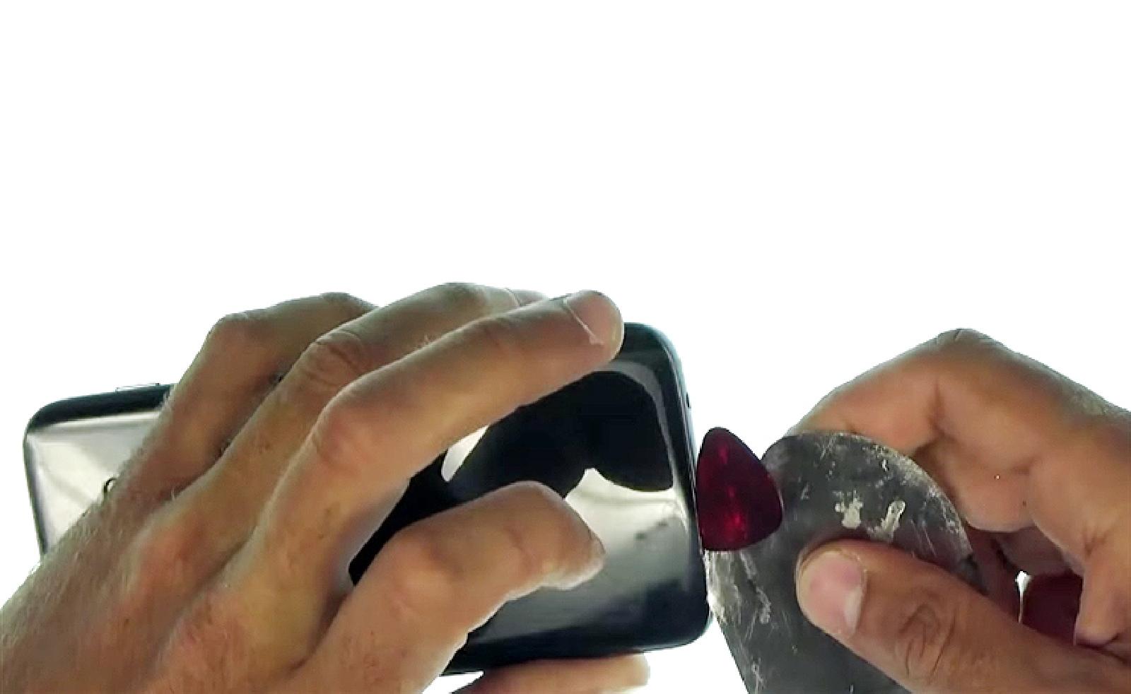 Etape 2: insérer les outils pour le décollage de la vitre