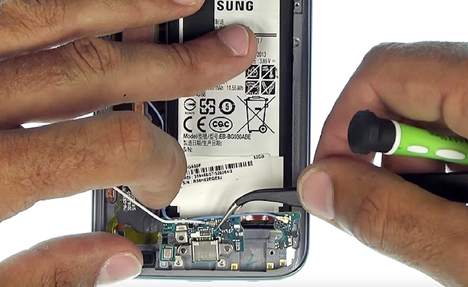 Etape 16: Retirer la nappe du connecteur de charge