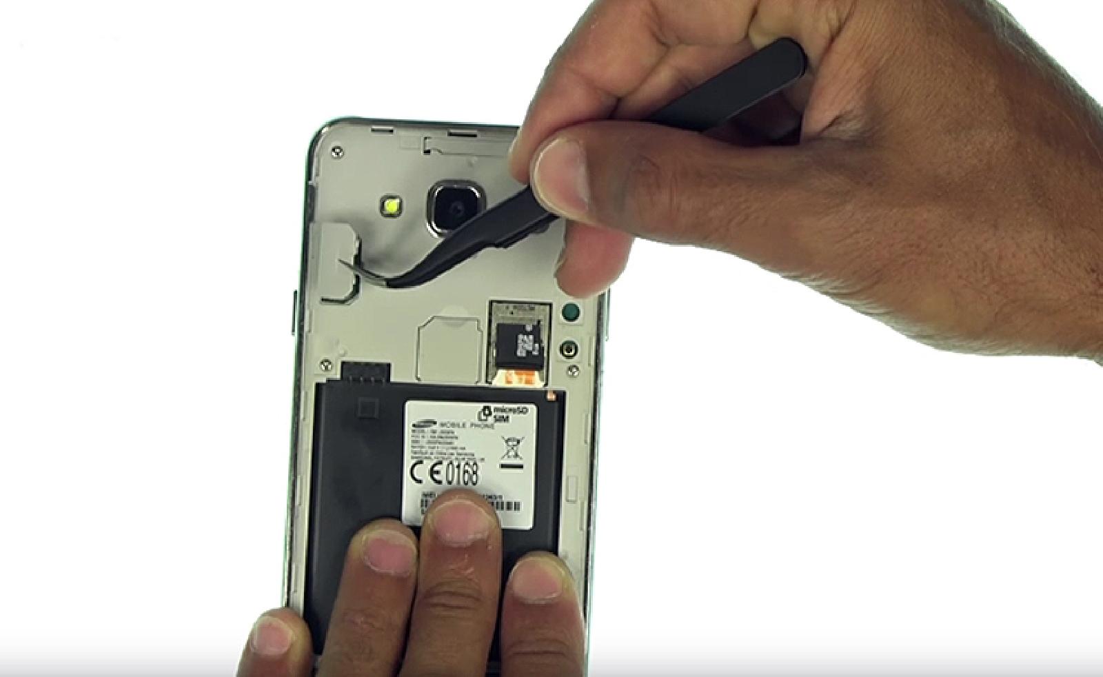 Etape 3 : Déconnecter la batterie et le bloc écran