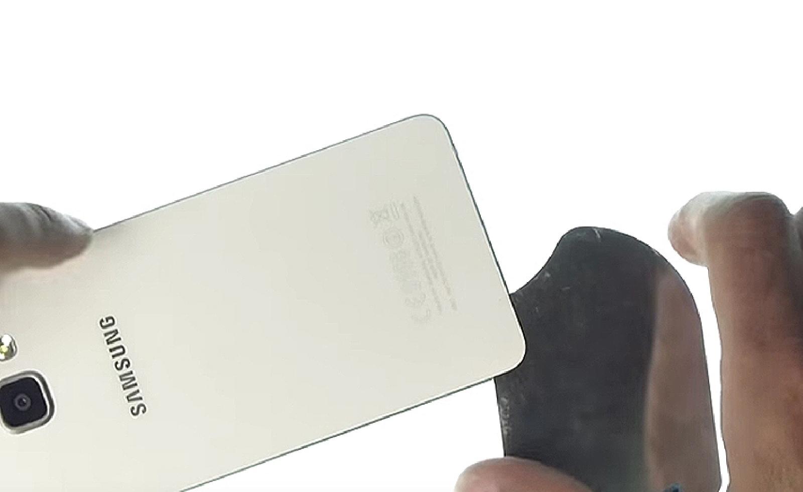 Etape 3 : Décoller le cache batterie