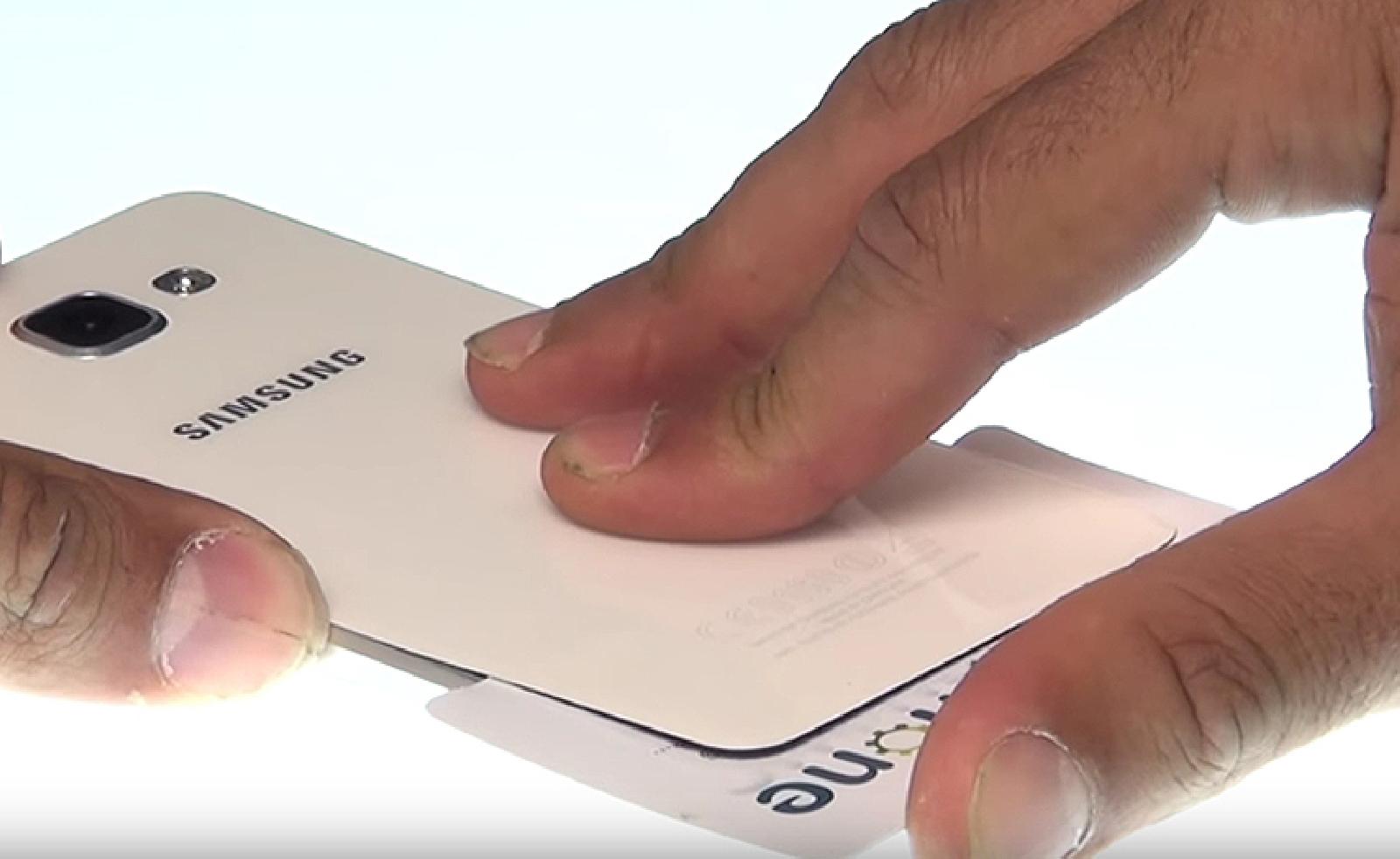 Etape 2 : Décoller le cache batterie