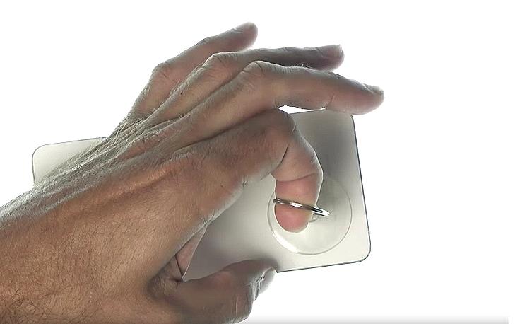 Etape 1c : Placez la ventouse sur le bas de la vitre arrière et tirez légèrement pour créer un point d'insertion