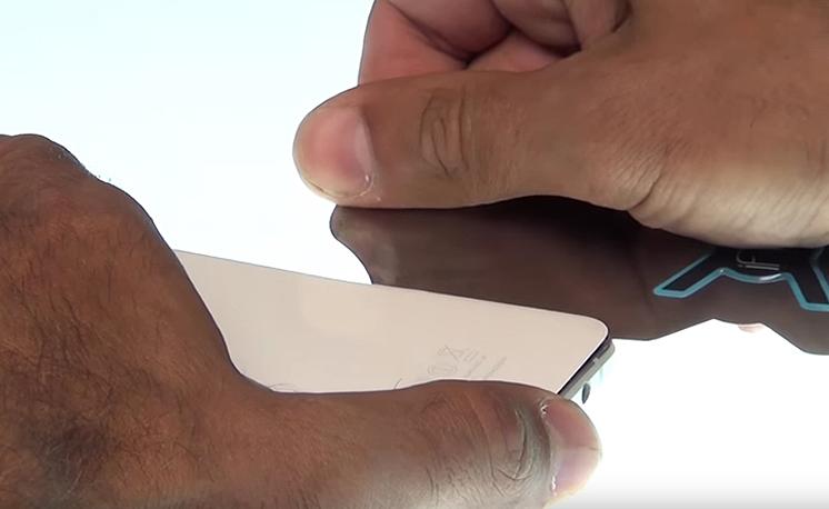 Etape 1e : Faites glisser l'iFlex entre la vitre et le châssis
