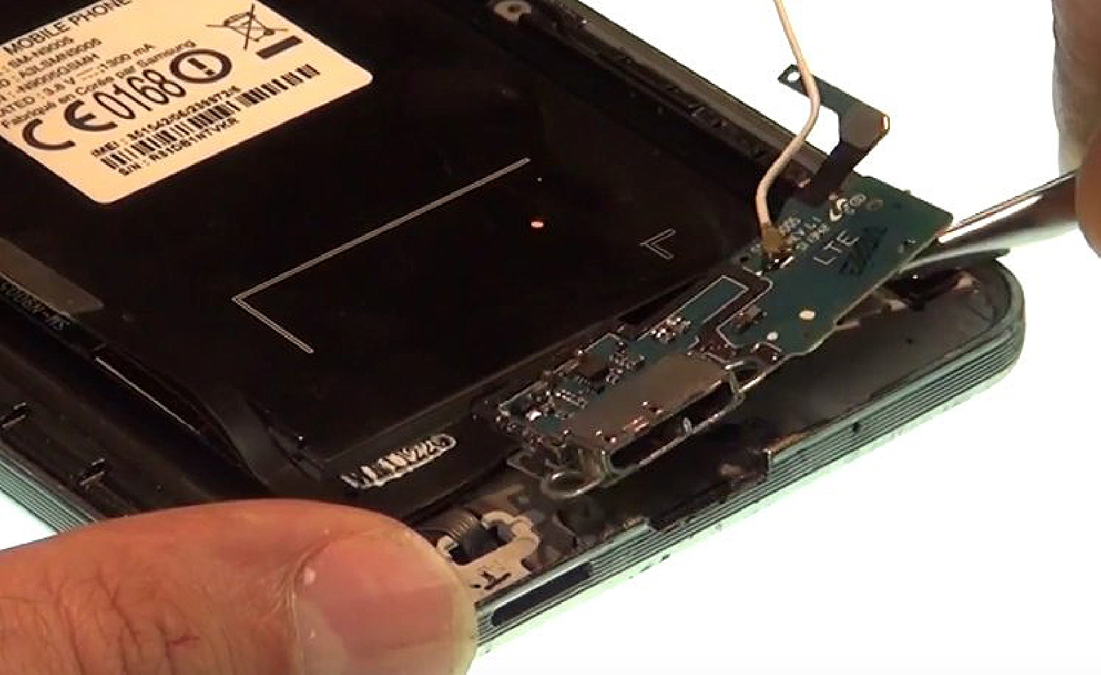 Etape 9 : Retirer le connecteur de charge  miro USB