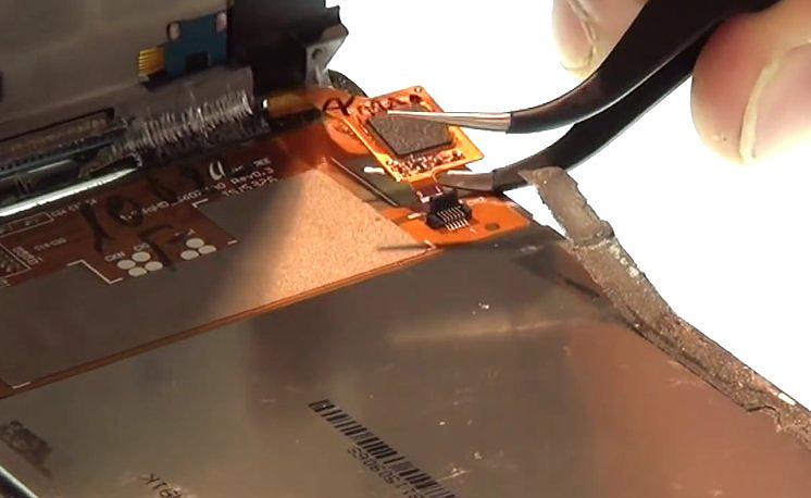 Etape 3-F : Décollez le bloc écran du châssis interne.
