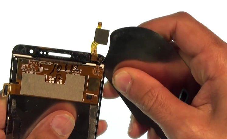 Etape 4-B : Décollez la vitre tactile de l'écran LCD.