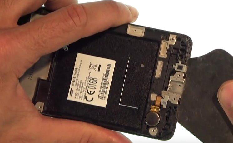 Etape 3-D : Décollez le bloc écran du châssis interne.