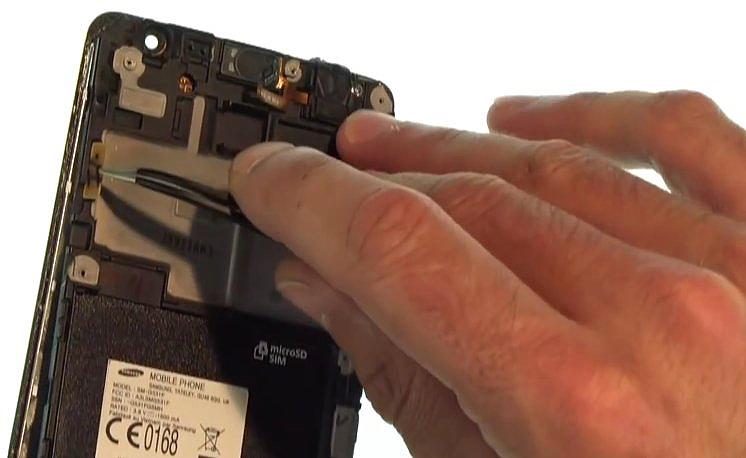 Etape 3-E : Décollez le bloc écran du châssis interne.