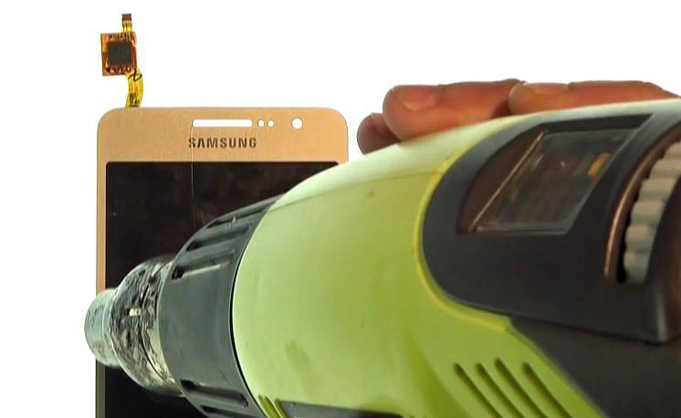Etape 4-A : Décollez la vitre tactile de l'écran LCD.