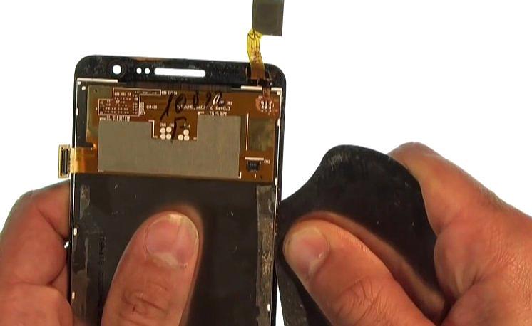 Etape 4-C : Décollez la vitre tactile de l'écran LCD.