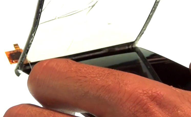Etape 4-D : Décollez la vitre tactile de l'écran LCD.