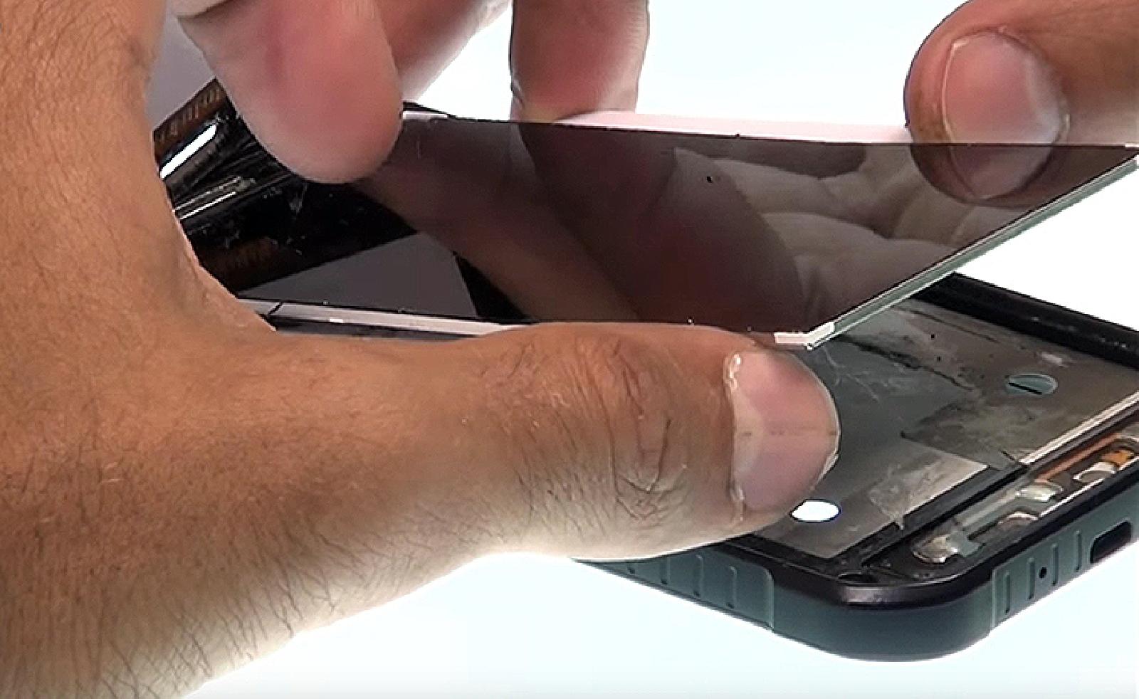 Etape 9 : Décoller la dalle LCD