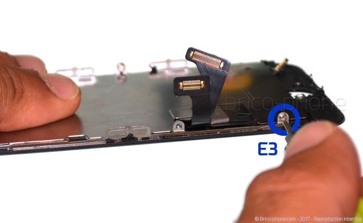 Etape 15 : Dévisser la plaquette de protection LCD