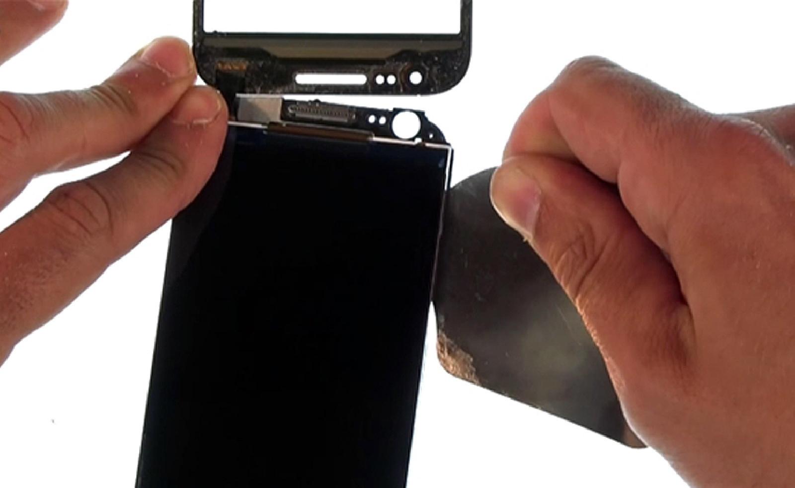 Etape 13 : Décoller la dalle LCD