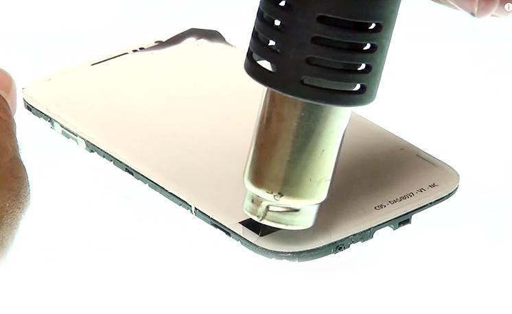 Etape 3b : Décoller la vitre tactile