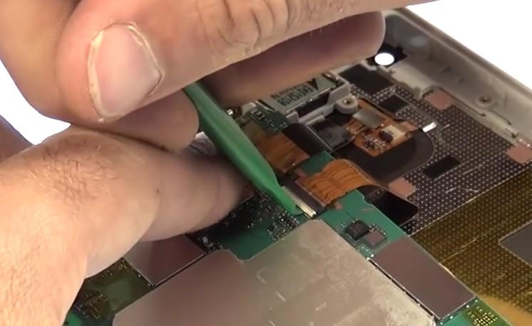 Etape 3/8 : Retirez le bloc carte-mère / batterie