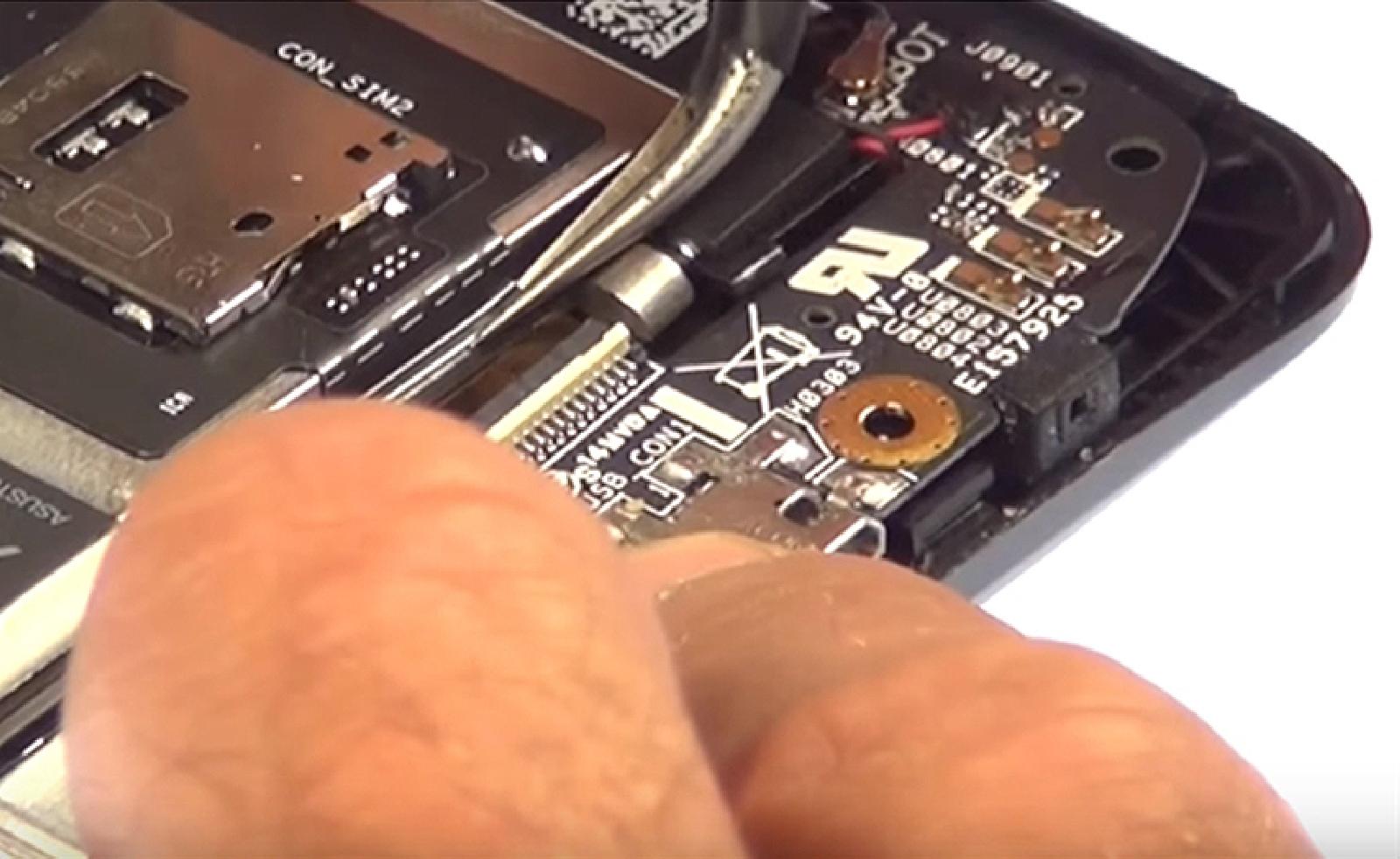Etape 6 : déconnecter la nappe des lecteurs de cartes  du connecteur de charge.