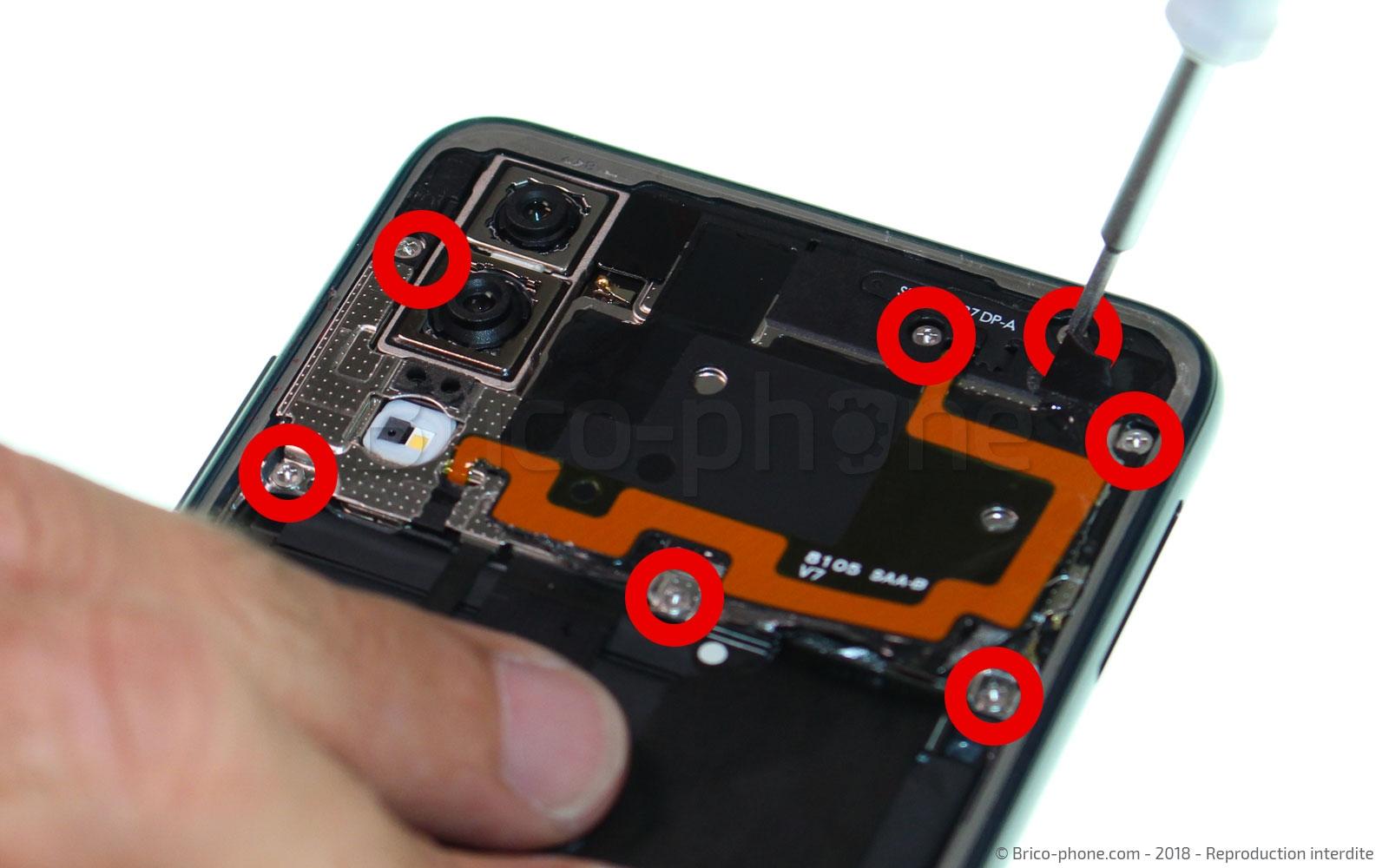 Etape 5 : Dévisser et retirer le module NFC