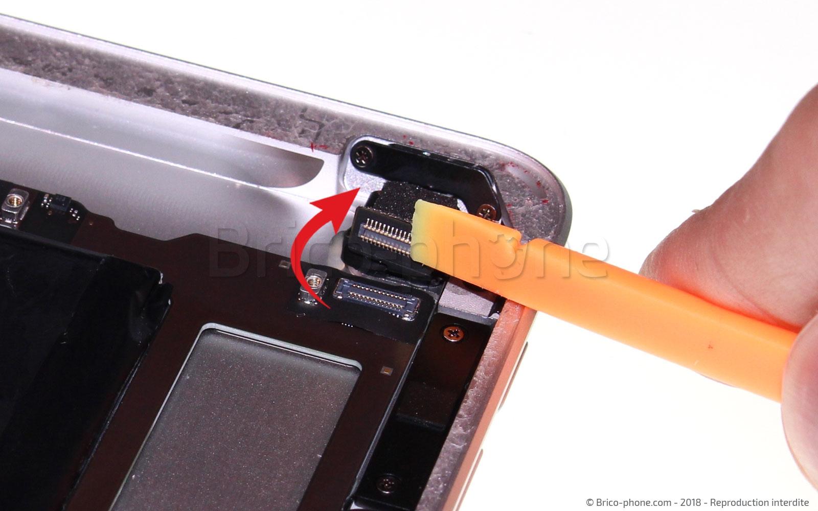 Etape 12 : Déconnecter la caméra arrière