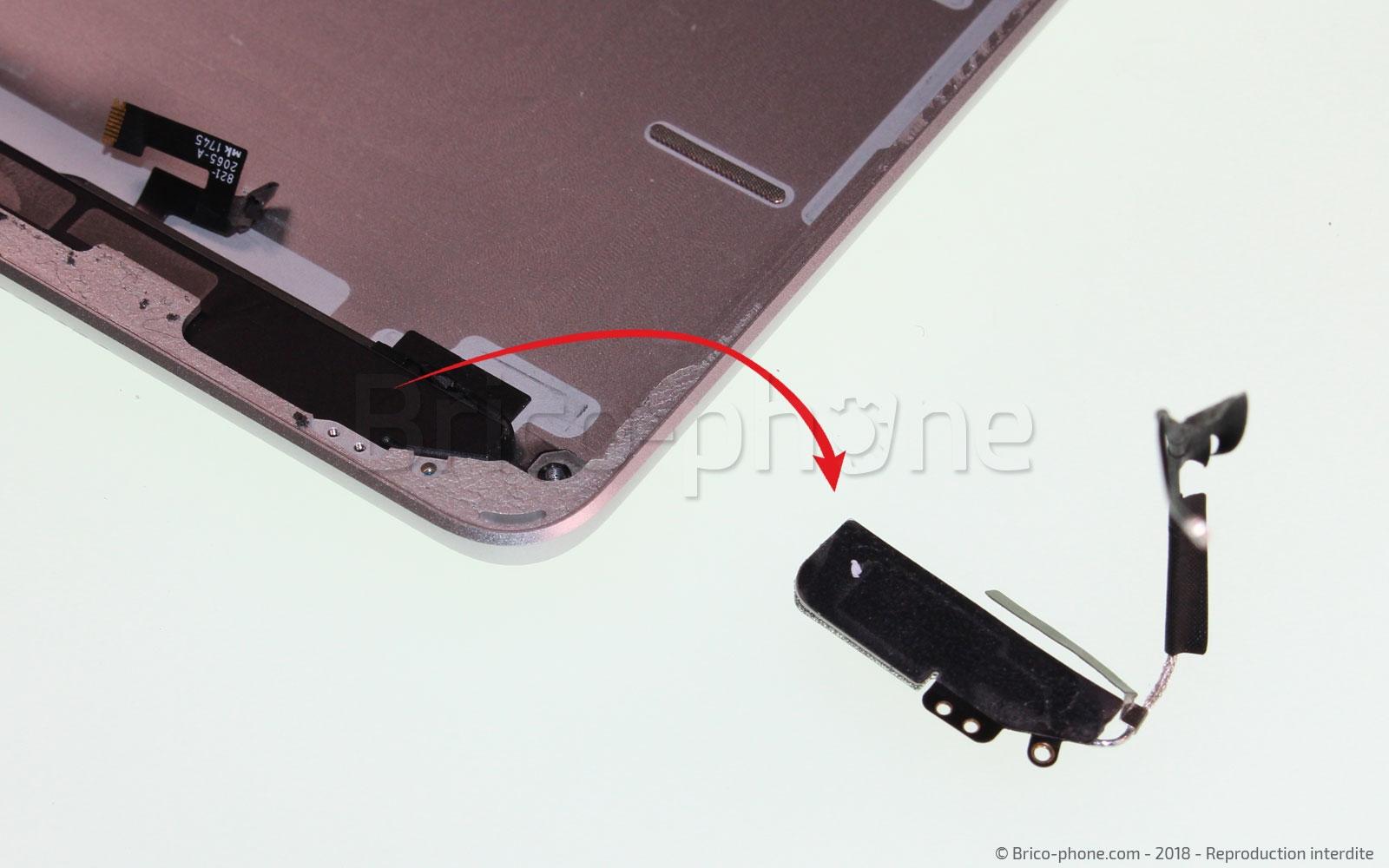 Etape 23 : Retirer l'antenne wifi de droite