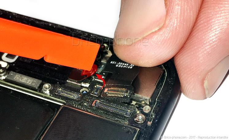 Etape 16 : Déconnecter la nappe wifi