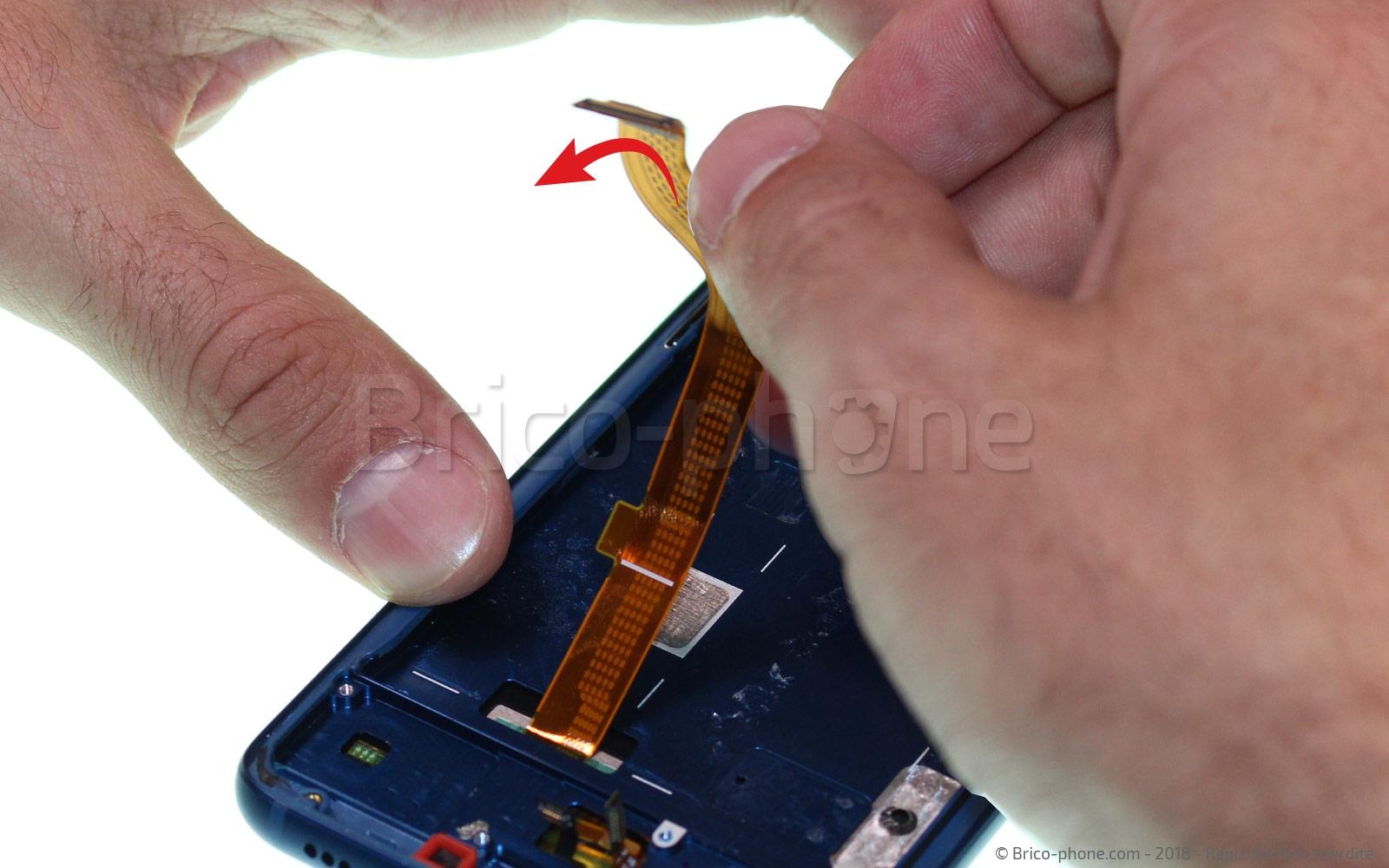 Etape 11 : Décoller la nappe de l'écran LCD