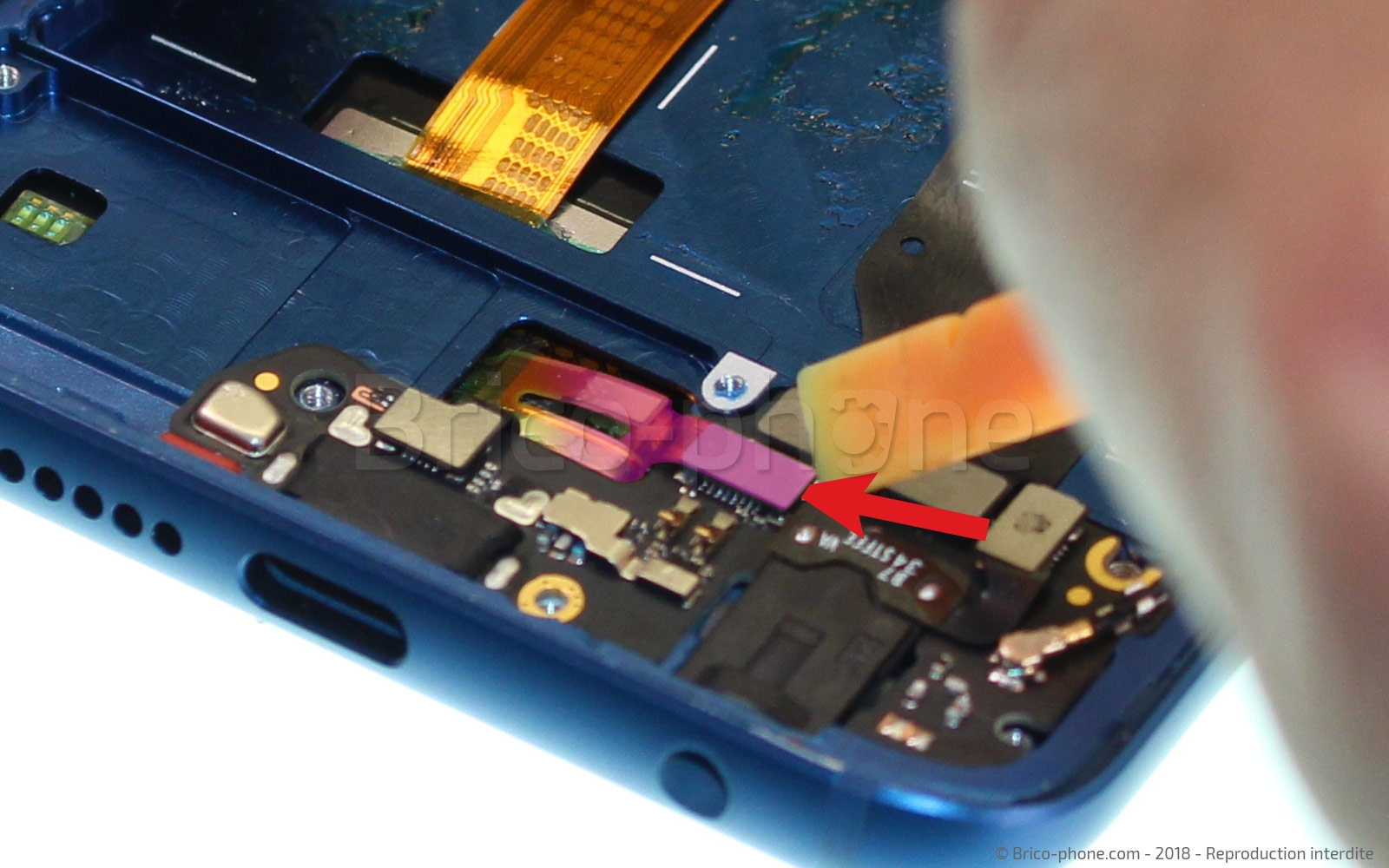 Etape 10 : Décoller la nappe des boutons de l'écran.