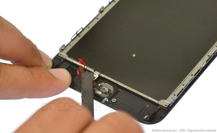 Etape 4b : A l'aide du levier en nylon, déconnecter doucement la nappe home de sa rallonge.