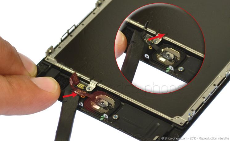 Etape 4c : Une fois déconnectée, décoller la nappe en glissant le levier du connecteur jusqu'au bouton.