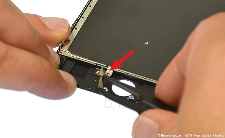 Etape 5a : A l'aide de la pincette, décoller le petit connecteur de la rallonge home.