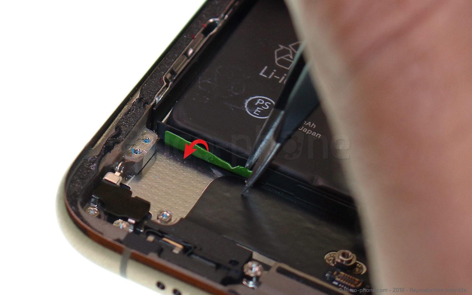Etape 17 : Retirer les trois stickers de batterie du bas