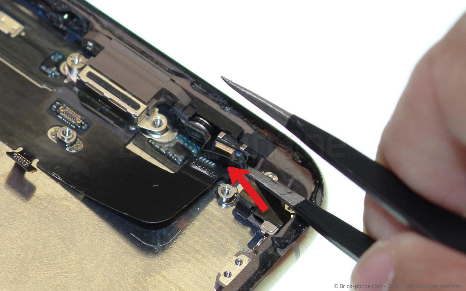 Etape 28 : Libérer le connecteur de charge du châssis