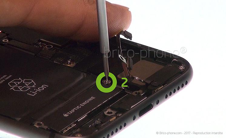 Etape 14 : Déloger le vibreur (Taptic Engine)