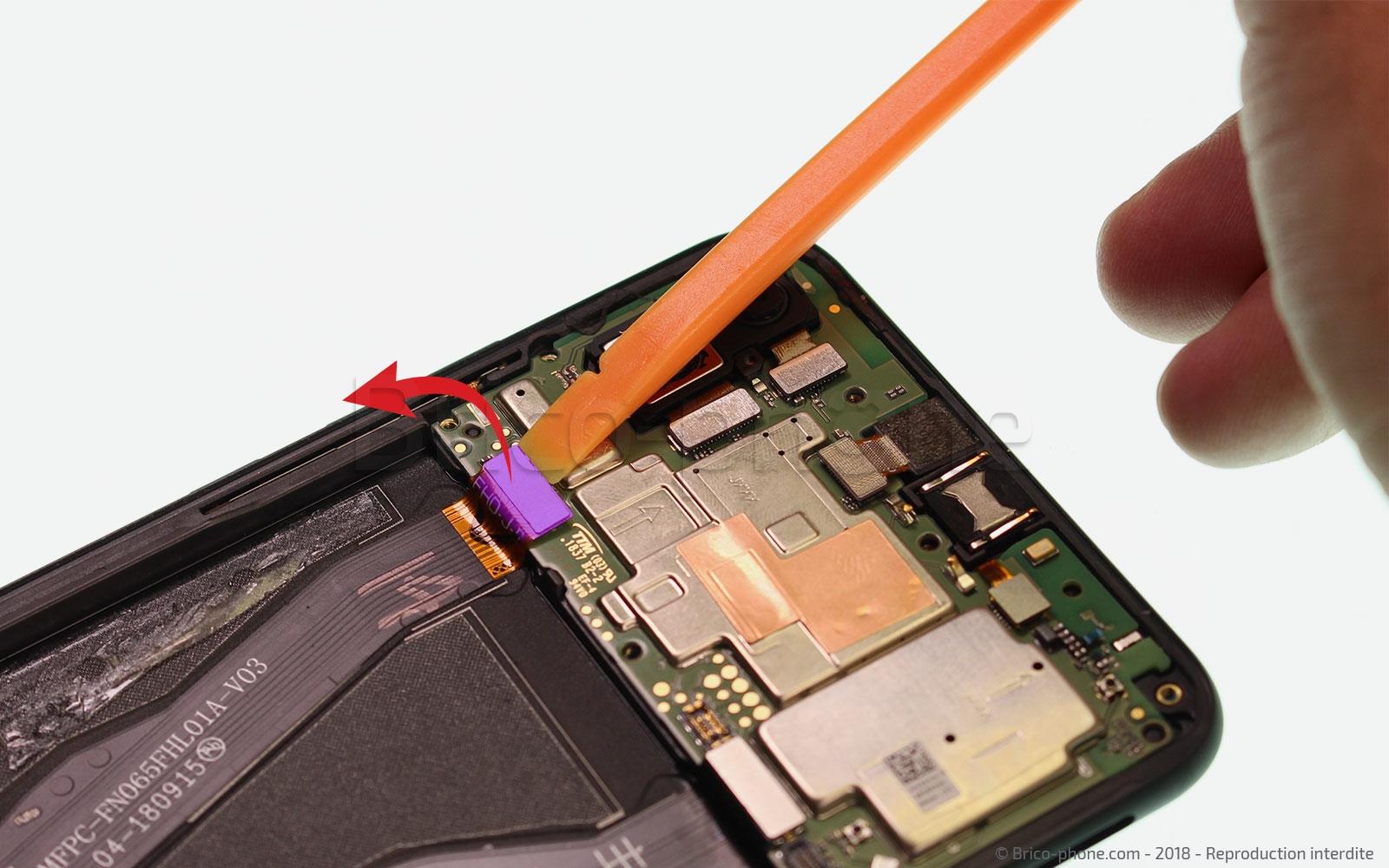 Etape 7 : Décoller la nappe de l'écran LCD