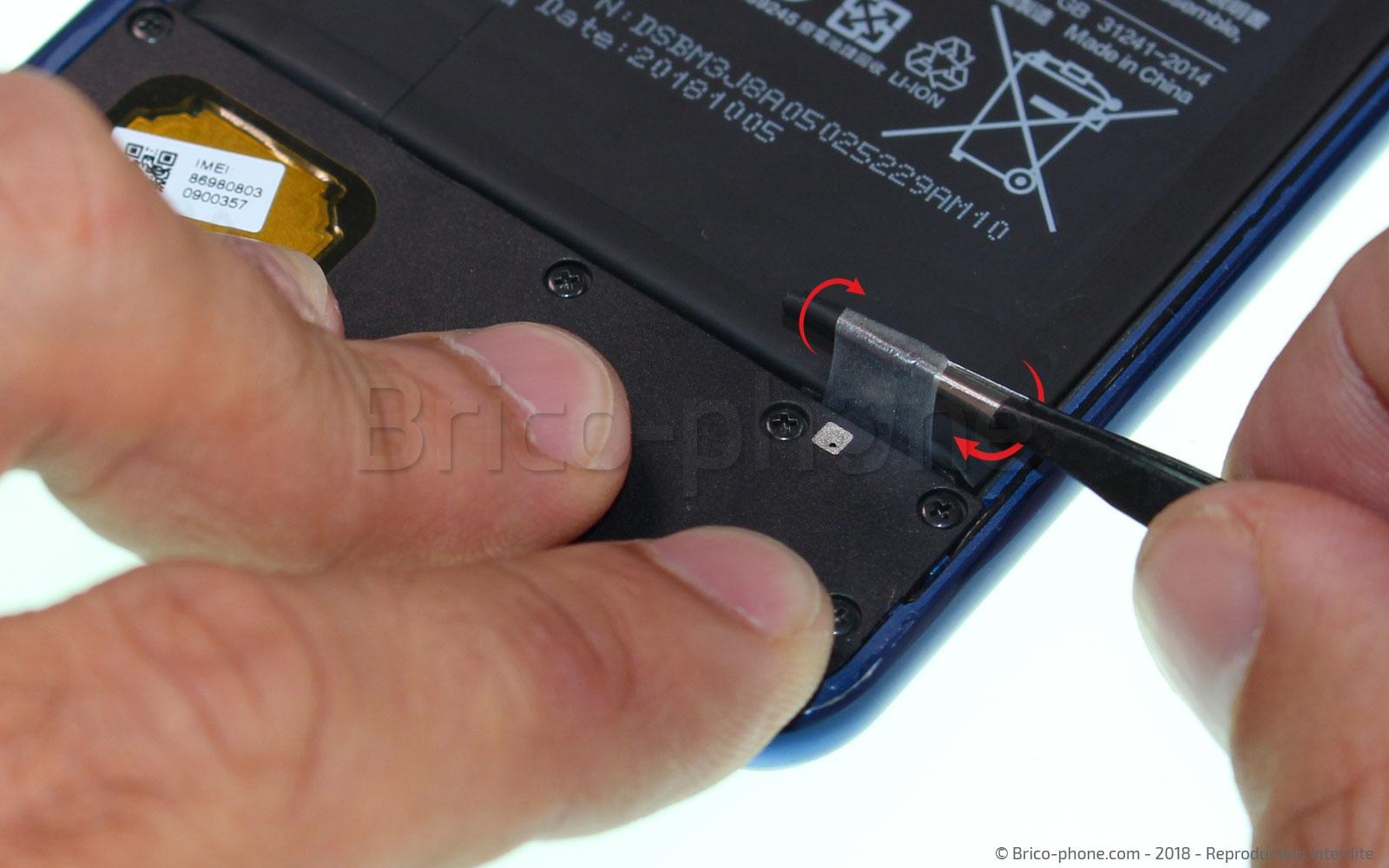 Etape 9 : Retirer les adhésifs de la batterie