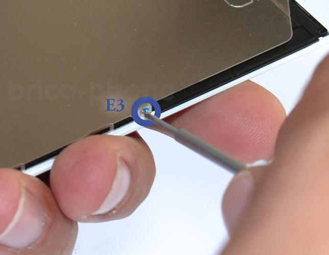 Etape 6d : Retirer la plaquette métallique du LCD