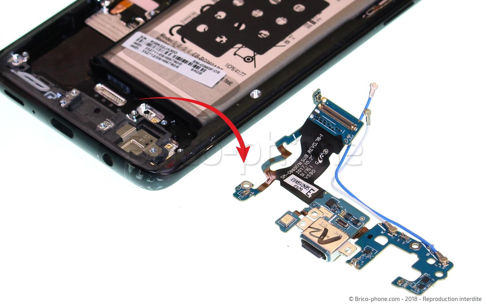 Etape 16 :  Sortir la nappe du connecteur de charge