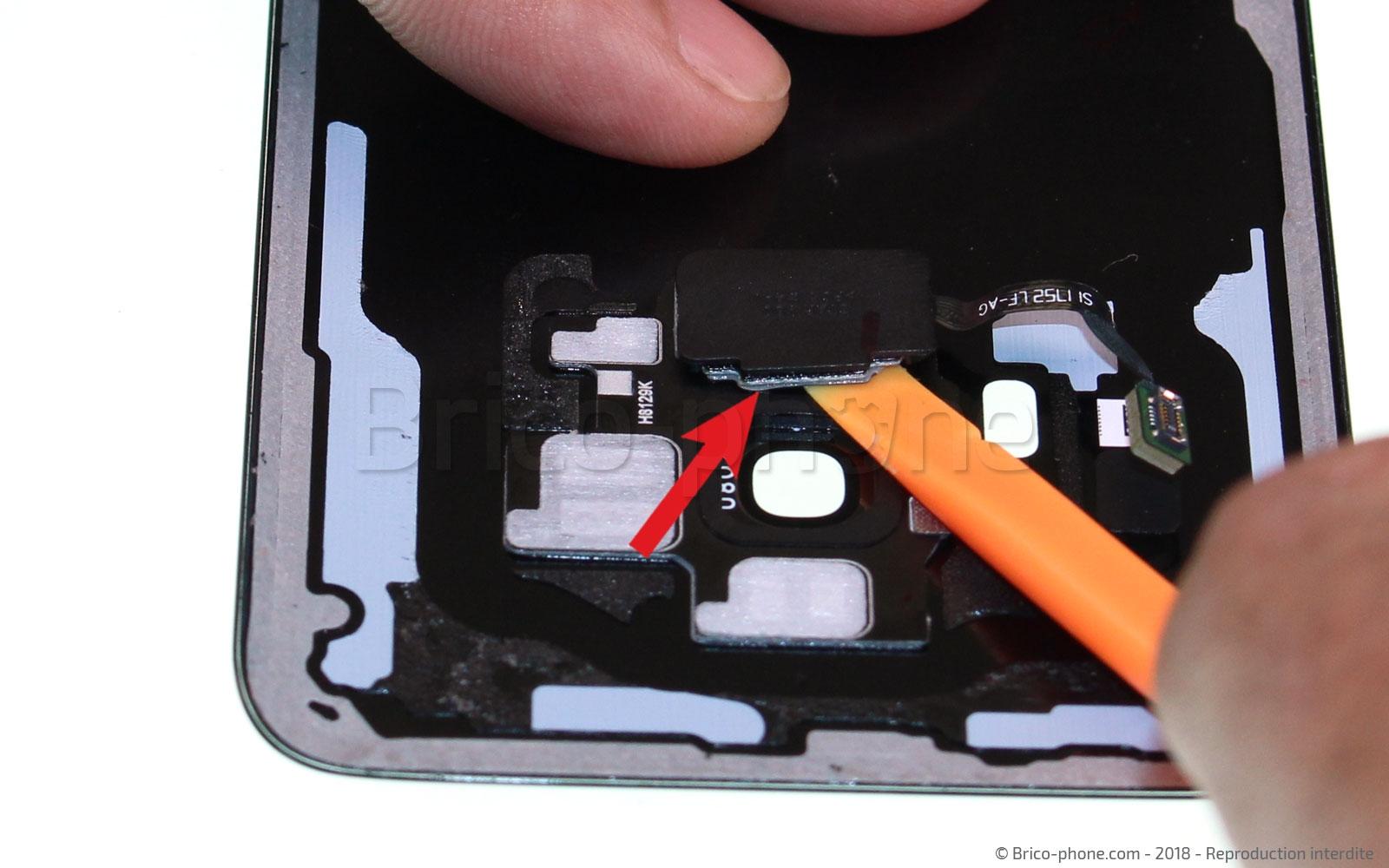 Etape 19 : Décoller la nappe du lecteur d'empreinte