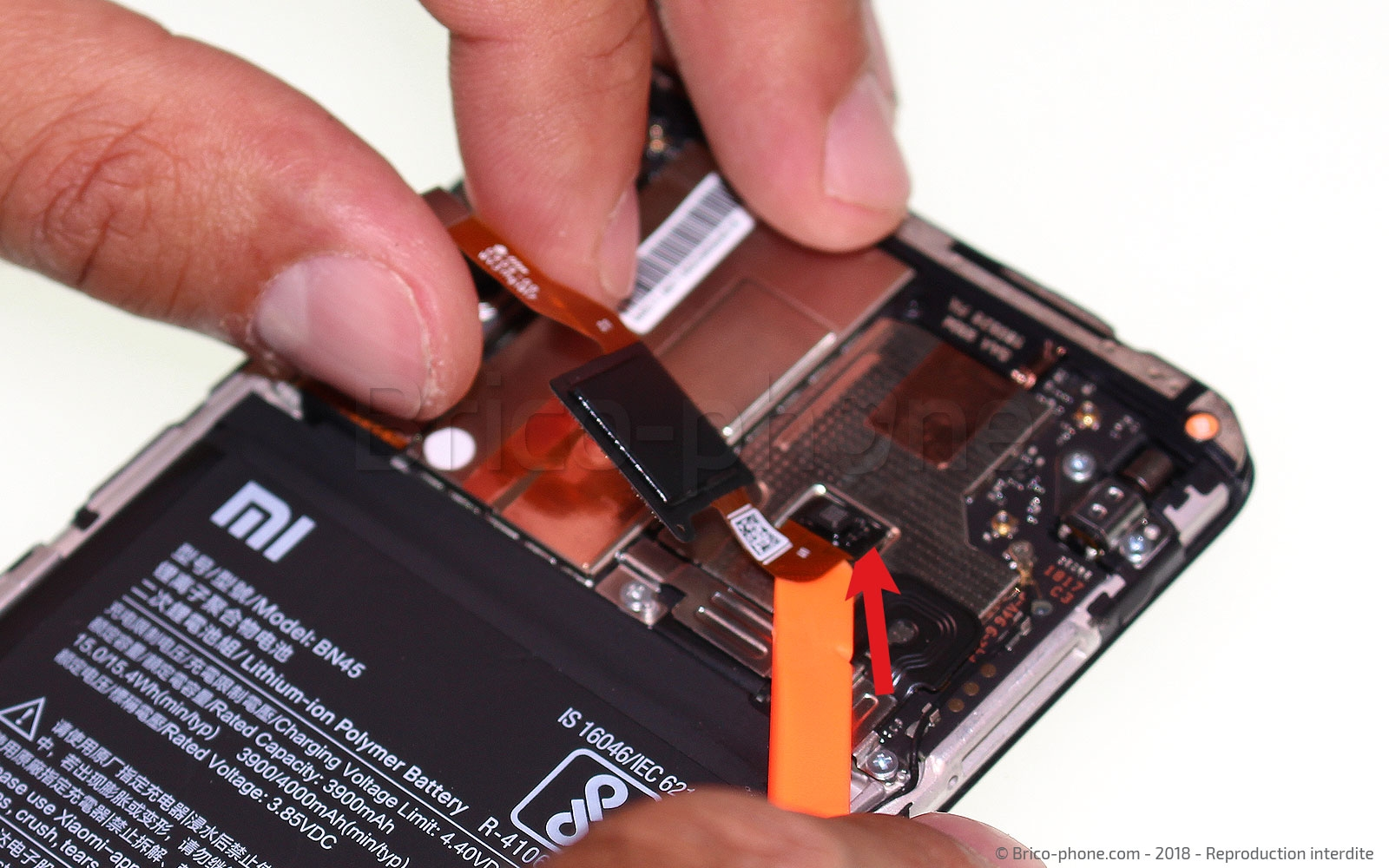 Etape 3 : Retirer la nappe du lecteur d'empreintes digitales