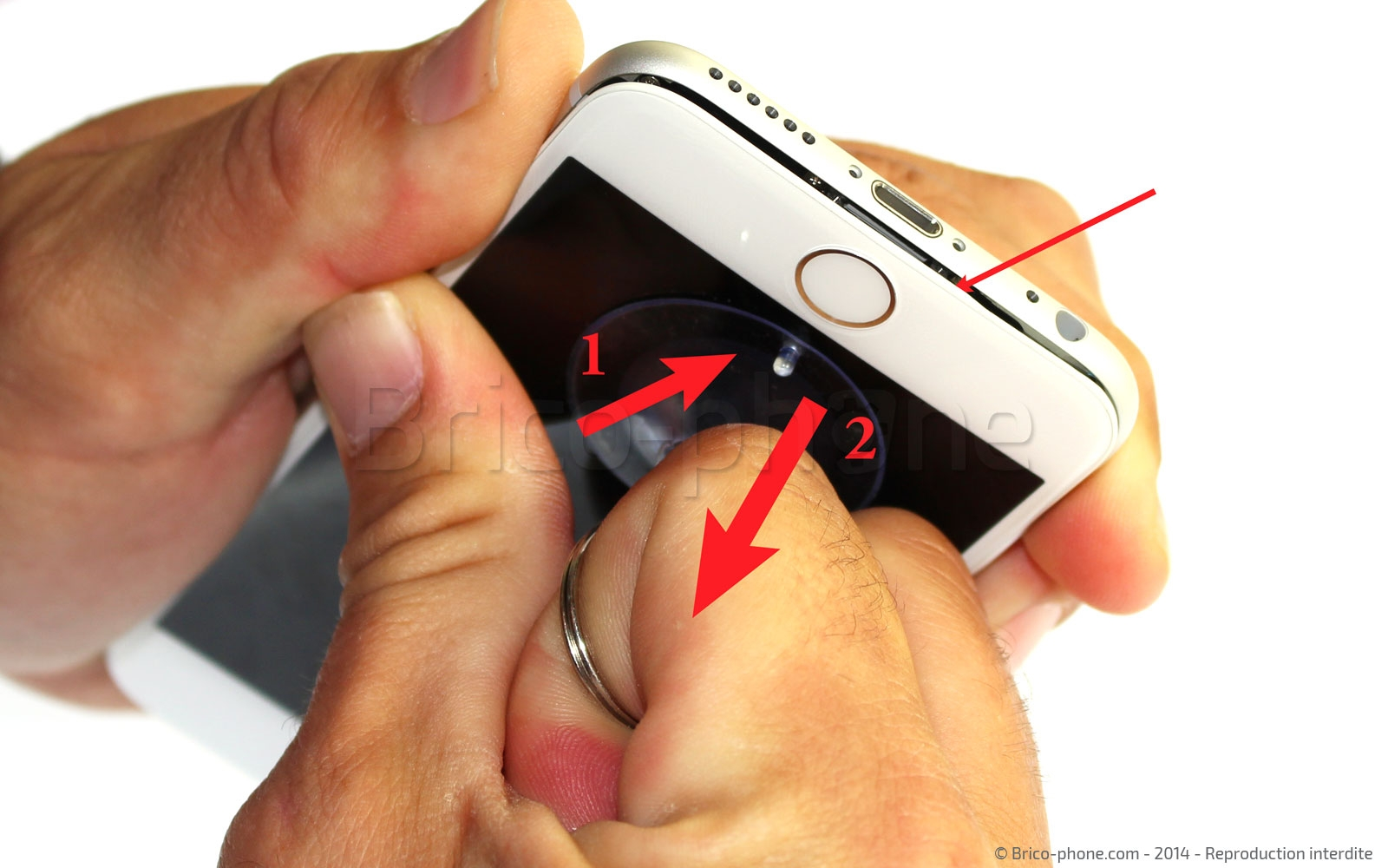 Etape 2 : Déboîter l'écran en bas du téléphone
