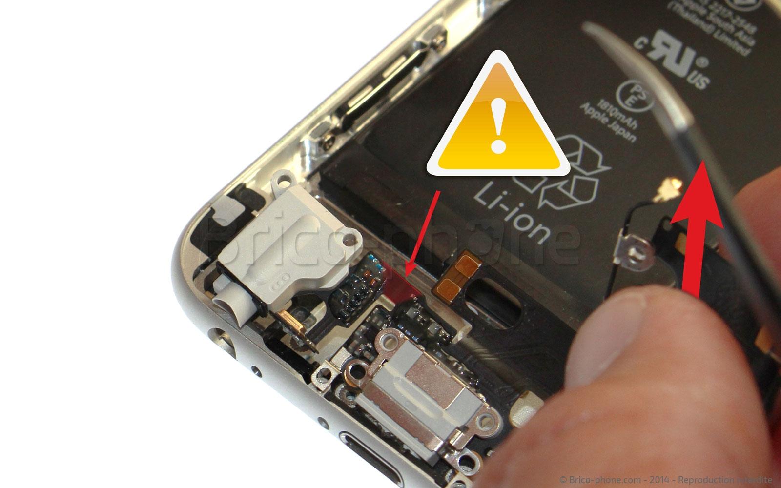 Etape 13 : Retirer la nappe du connecteur de charge USB Dock