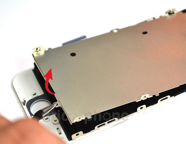 Etape 6b : Retirer la partie métallique du LCD